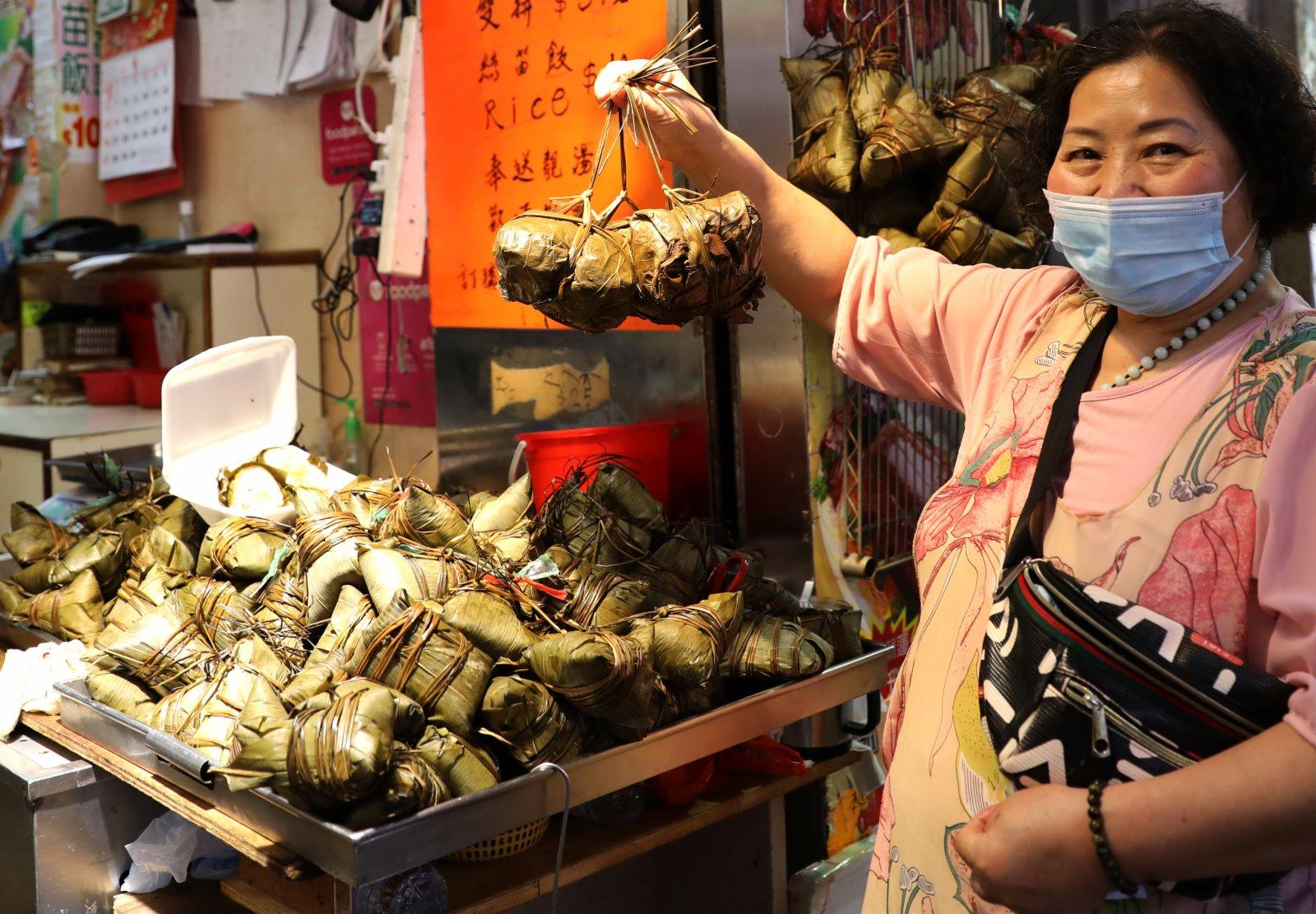 6月12日,香港灣仔街市的商販在叫賣粽子。(新華社)