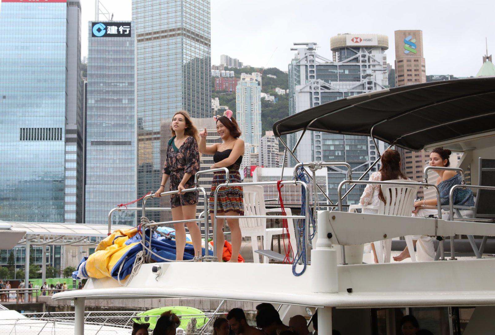 6月12日,遊客在香港維多利亞港的遊船上游覽。(新華社)