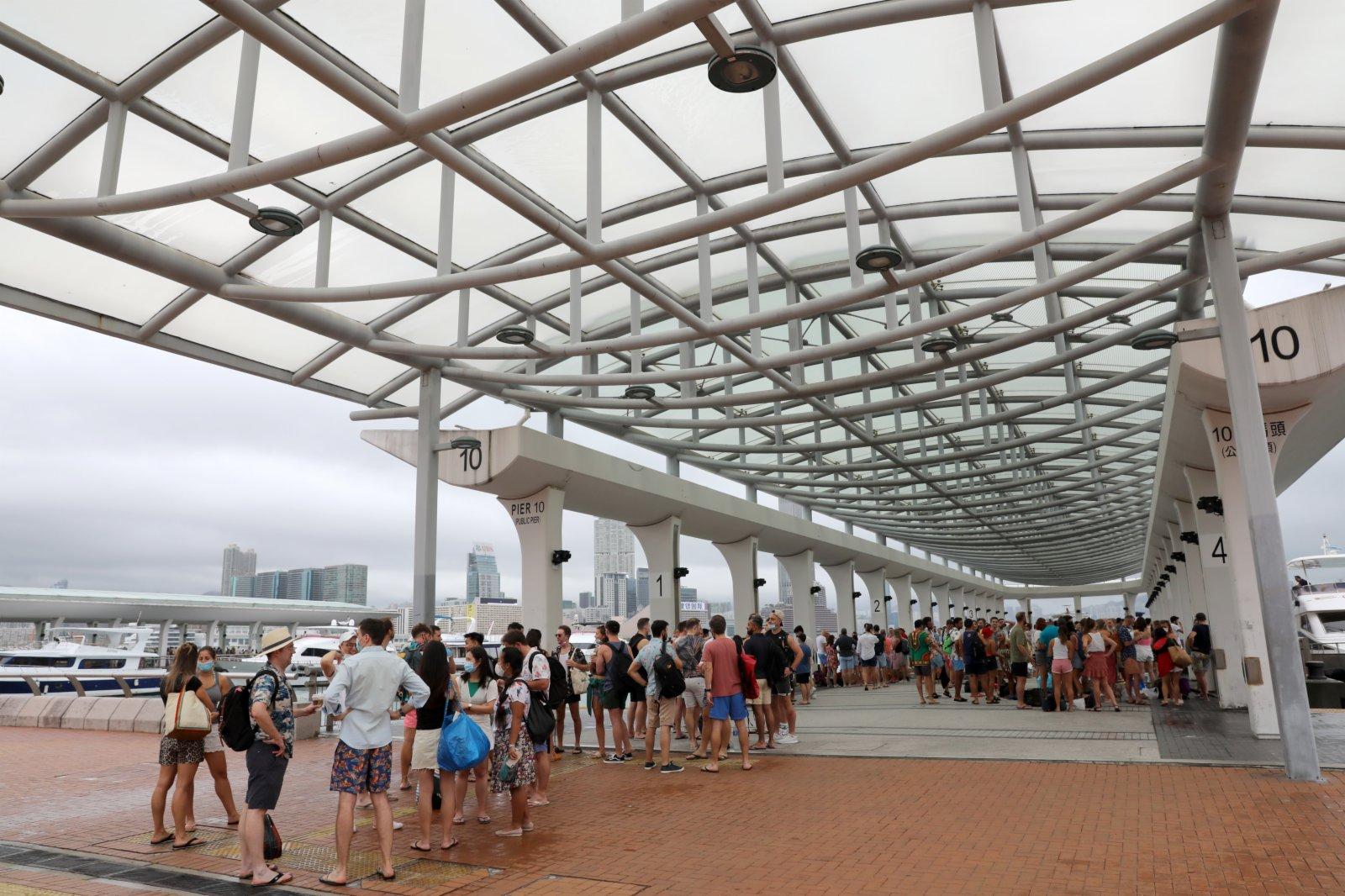6月12日,遊客在香港中環碼頭等待乘船出遊。(新華社)