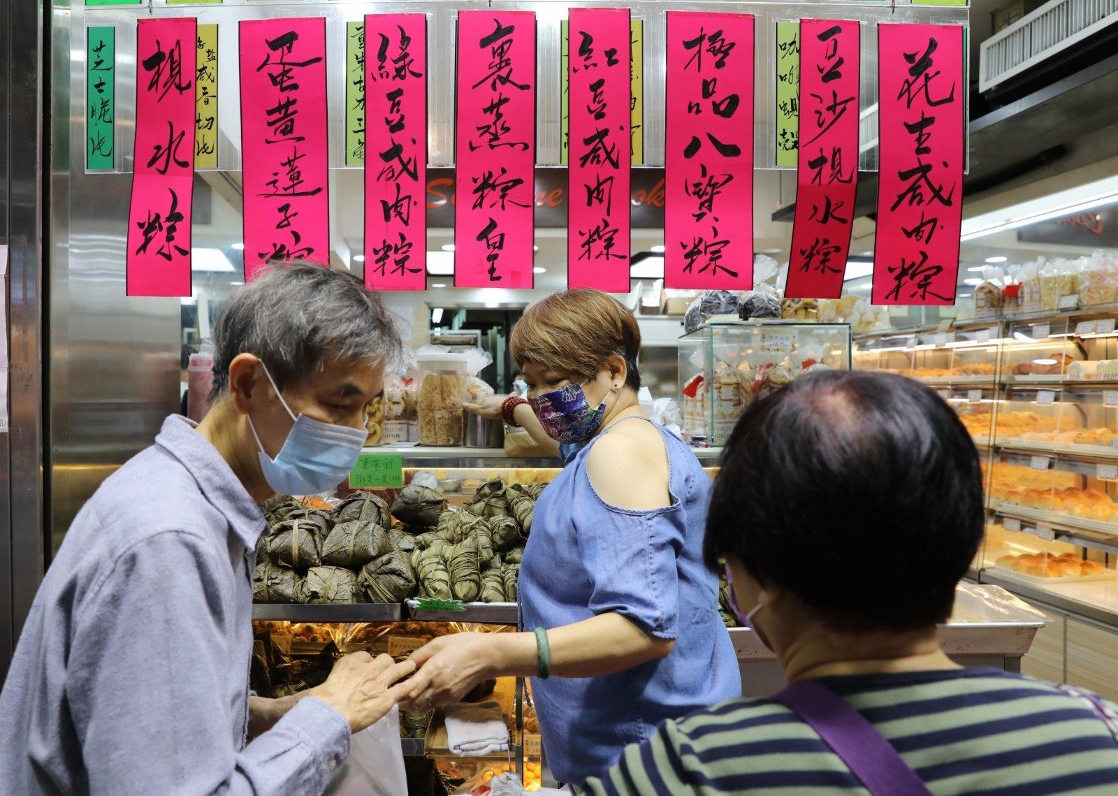 6月12日,香港市民在灣仔街市購買粽子。(新華社)