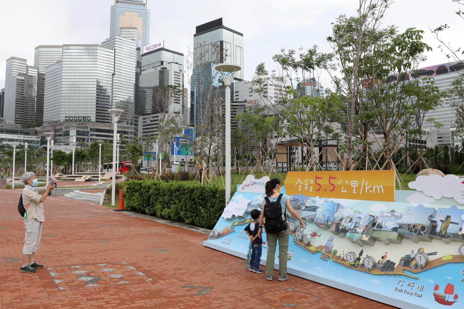 6月12日,市民在香港維多利亞港港邊遊玩。(新華社)