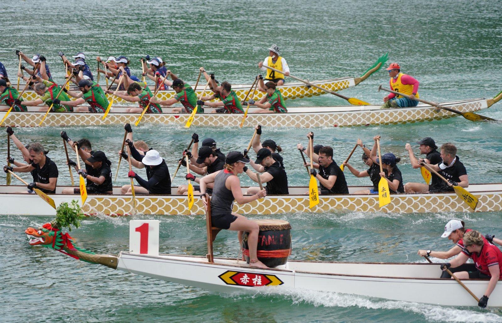 6月14日端午節,由本地選手參賽的「赤柱邀請杯2021」龍舟賽在赤柱正灘舉行。(中新社)