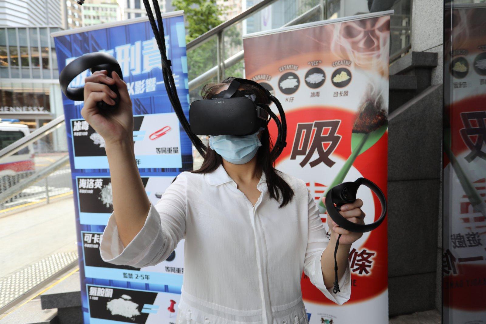 「VR新體驗」讓市民感受吸毒後不良反應。(大公文匯全媒體記者李斯哲攝)