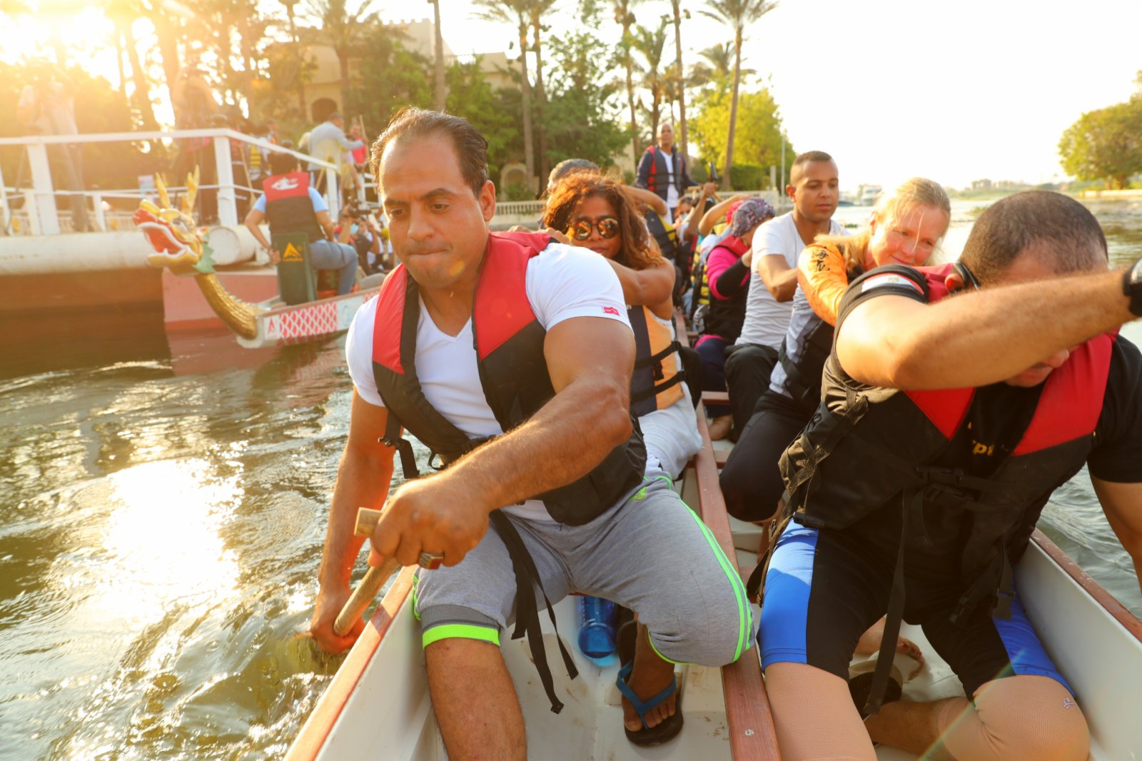 在埃及首都開羅,埃及龍舟文化體驗基地的龍舟隊划船出發準備比賽。