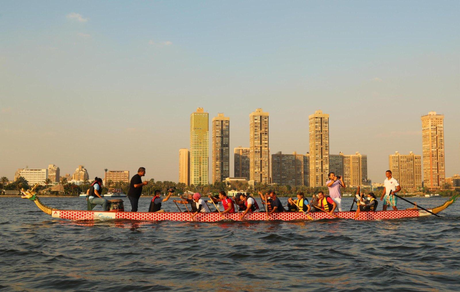 在埃及首都開羅,埃及龍舟文化體驗基地的龍舟隊在尼羅河上進行龍舟競賽。