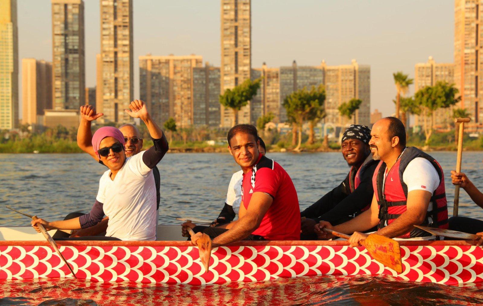 在埃及首都開羅,埃及龍舟文化體驗基地的龍舟隊在尼羅河上參加龍舟競賽。