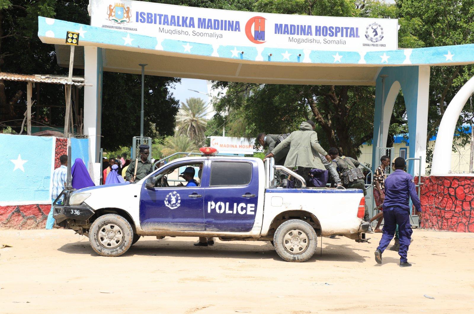 6月15日,一輛警車抵達索馬里首都摩加迪沙的一所醫院。(新華社)