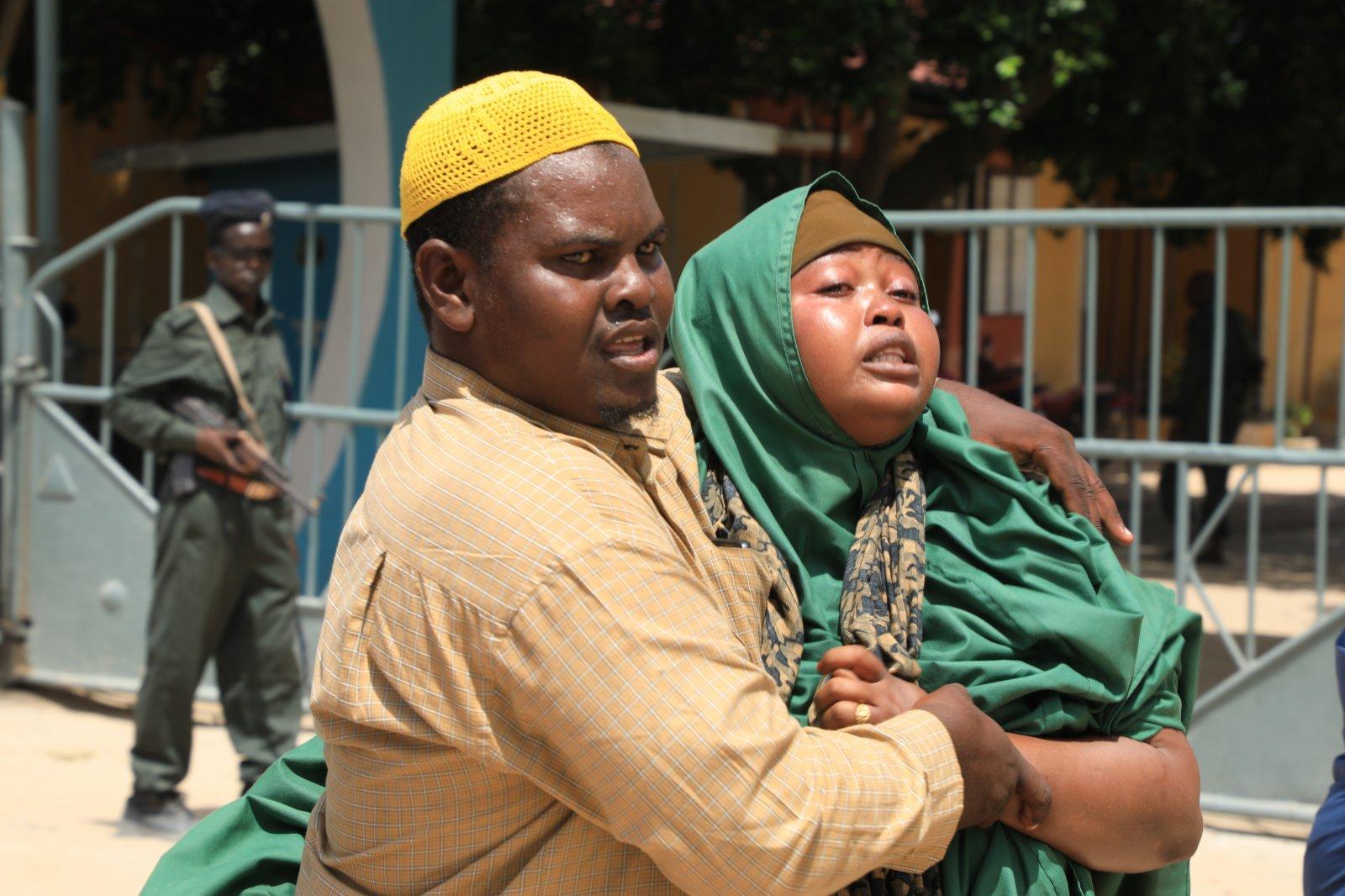 6月15日,一名在襲擊中喪子的母親在索馬里首都摩加迪沙的一所醫院哭泣。(新華社)