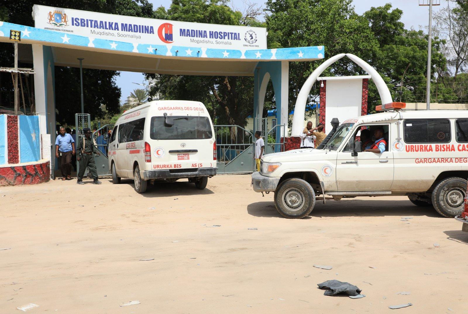 6月15日,運送傷員的救護車抵達索馬里首都摩加迪沙的一所醫院。(新華社)
