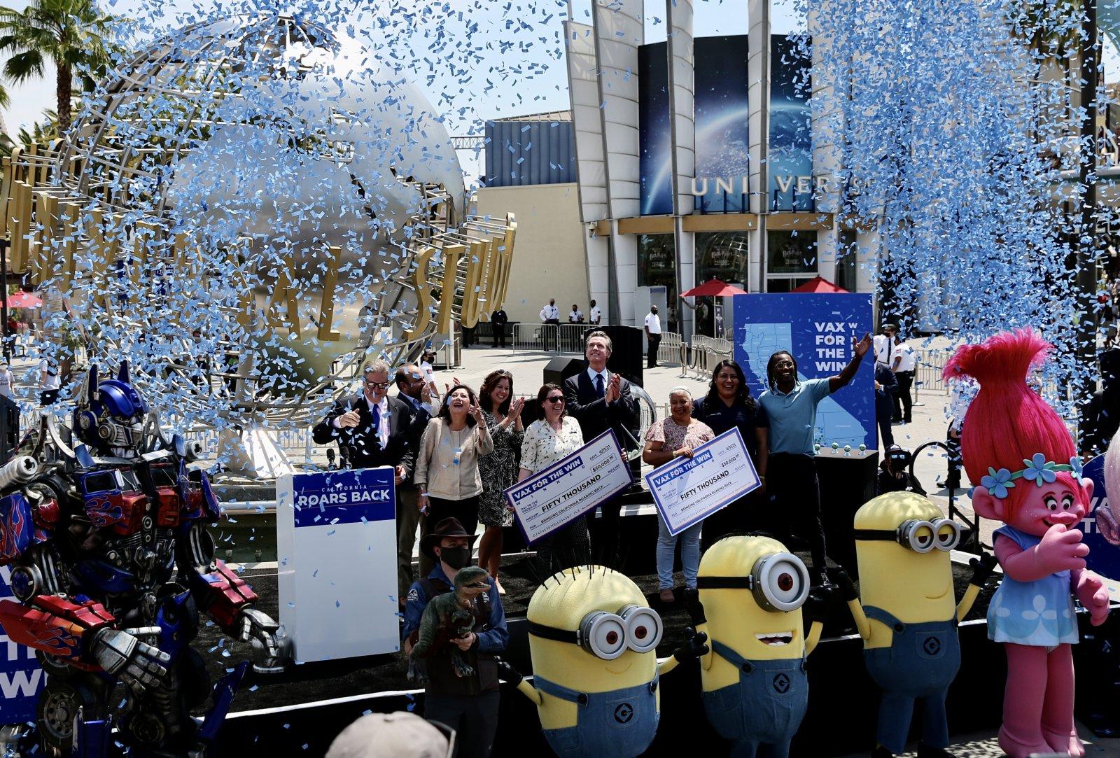 6月15日,美國加利福尼亞州州長紐瑟姆在洛杉磯好萊塢環球影城宣布經濟全面重啟。(新華社)