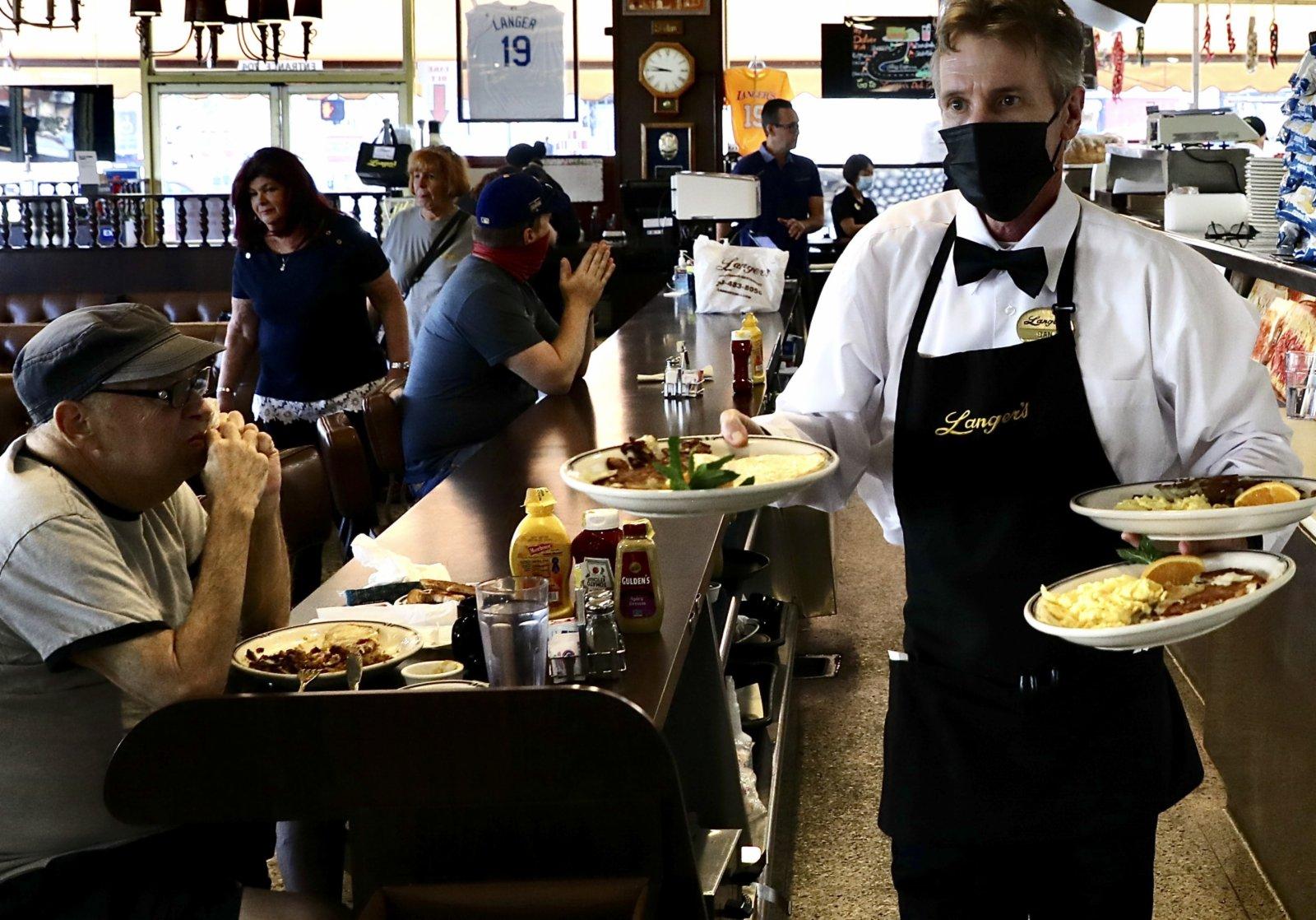 6月15日,民眾在美國洛杉磯的一家餐廳用餐。(新華社)