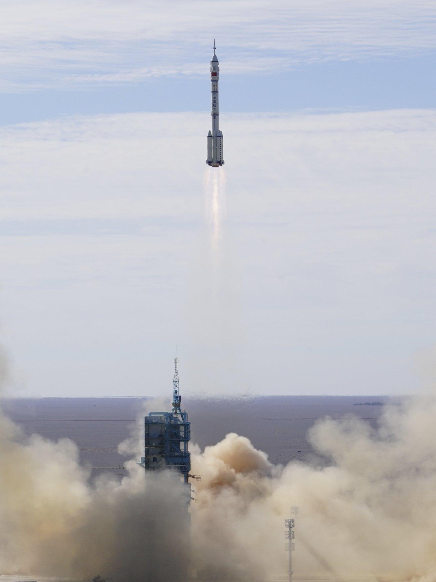 6月17日,搭載著神舟十二號載人飛船的長征二號F遙十二運載火箭在酒泉衛星發射中心點火升空。新華社