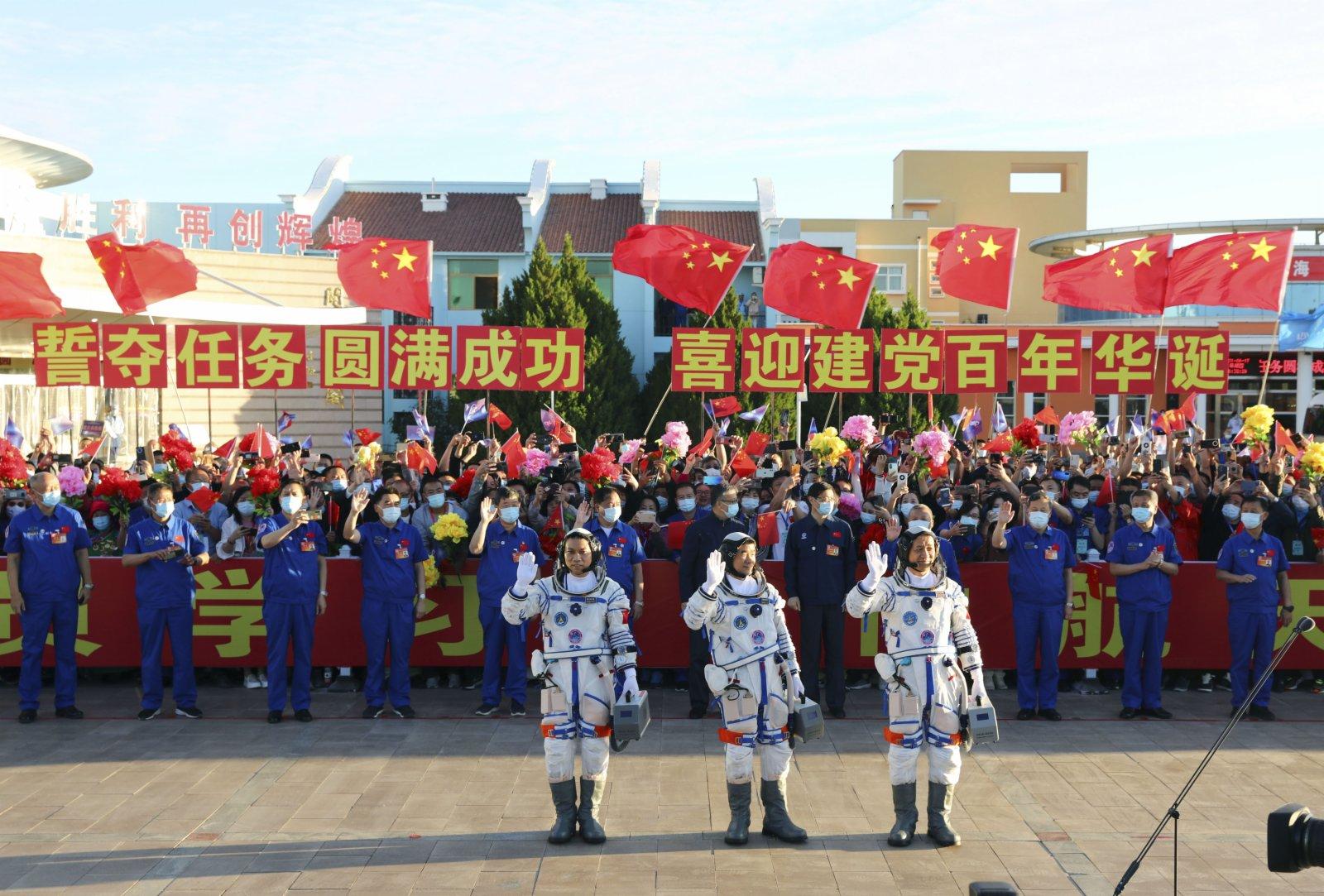6月17日,神舟十二號航天員出征儀式在酒泉衛星發射中心舉行。這是航天員聶海勝(右)、劉伯明(中)和湯洪波在出徵儀式上揮手。新華社