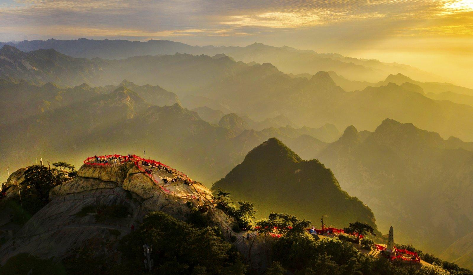 6月19日拍攝的晚霞映照下的華山西峰(無人機照片)。(新華社)