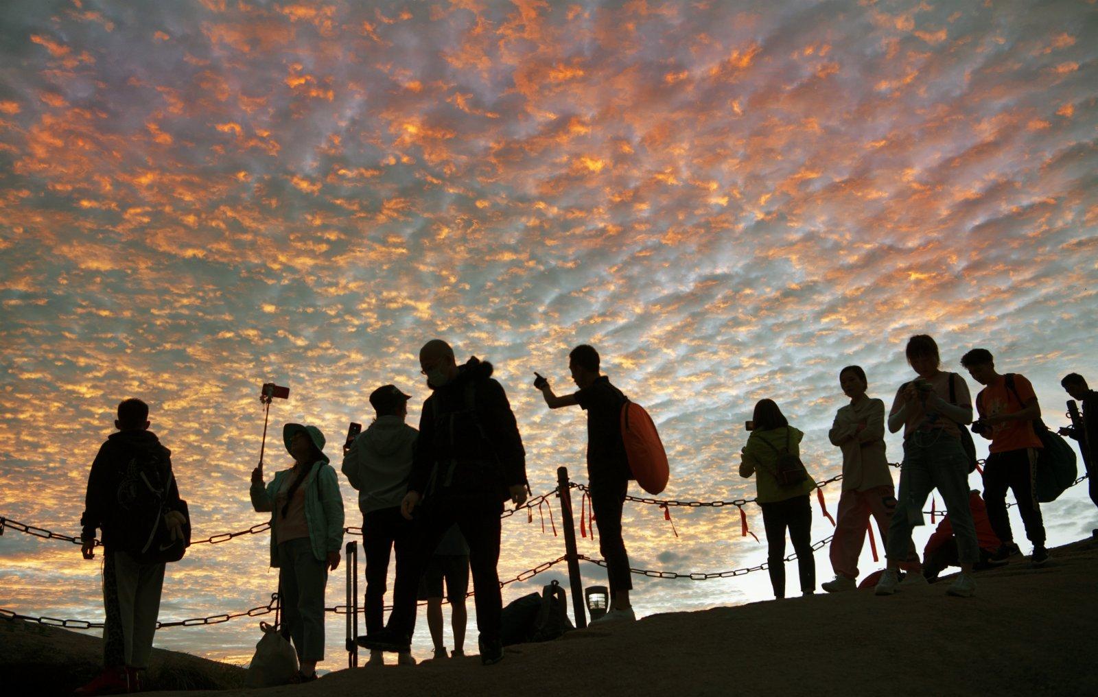 6月19日,遊人在華山西峰觀賞晚霞。(新華社)