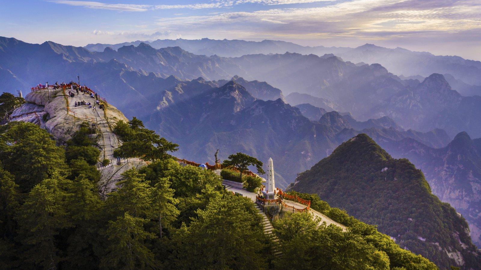 6月19日,晚霞映照著華山西峰(無人機照片)。(新華社)