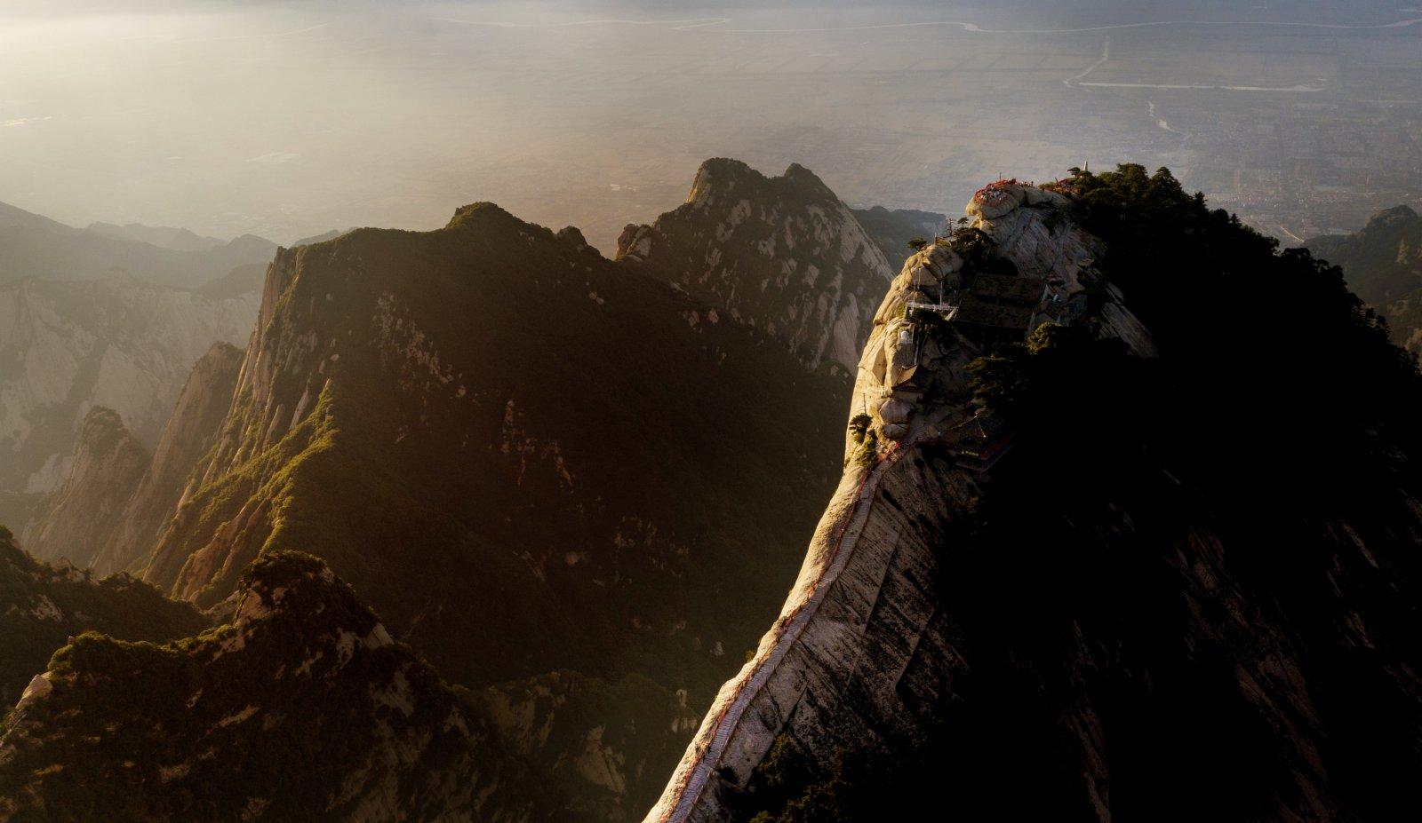 6月19日拍攝的晚霞映照下的華山風光(無人機照片)。(新華社)