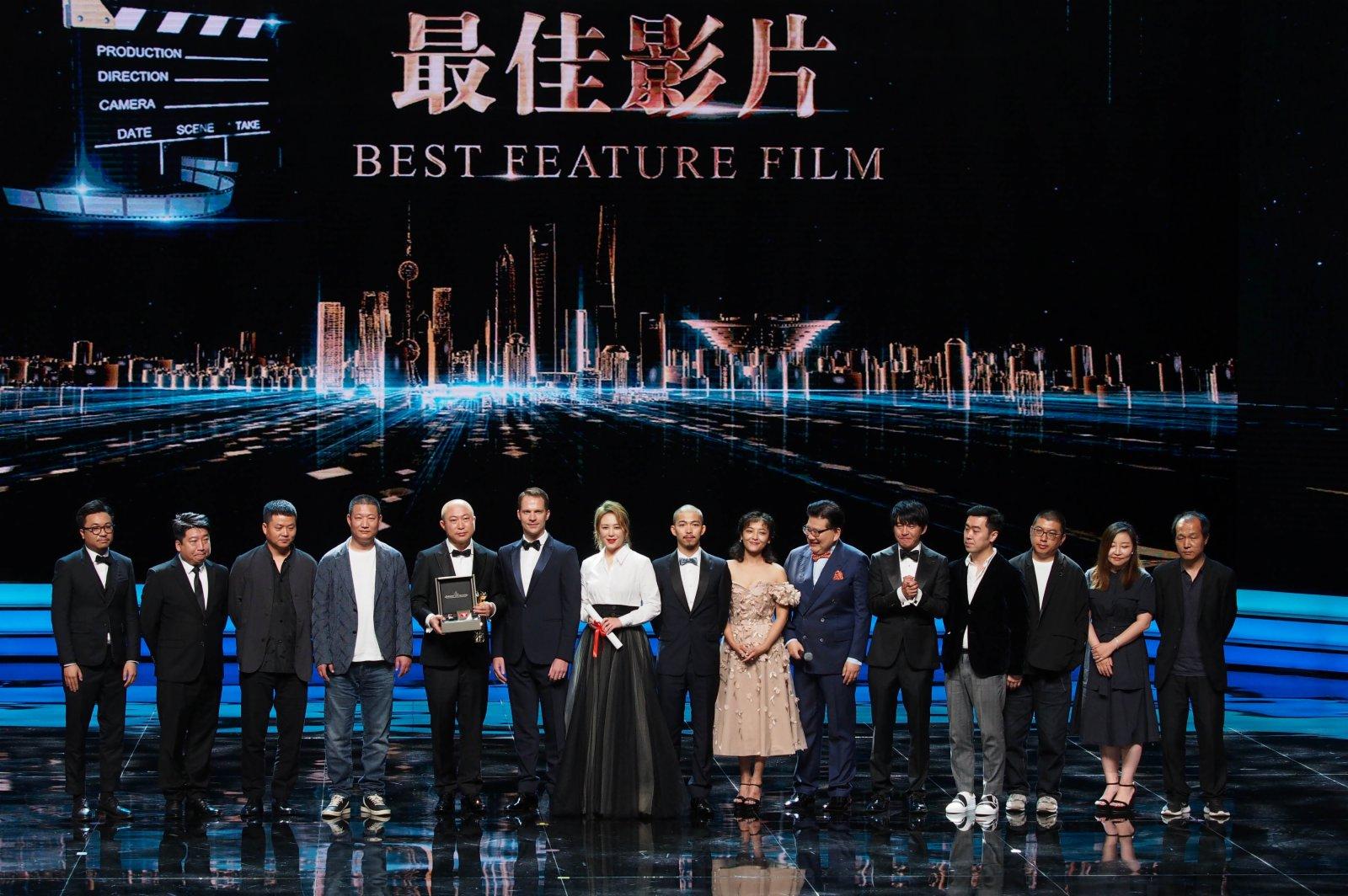 6月19日,第24屆上海國際電影節金爵獎頒獎典禮在上海文化廣場舉行。獲得金爵獎最佳影片的中國影片《東北虎》劇組上台領獎。(新華社)