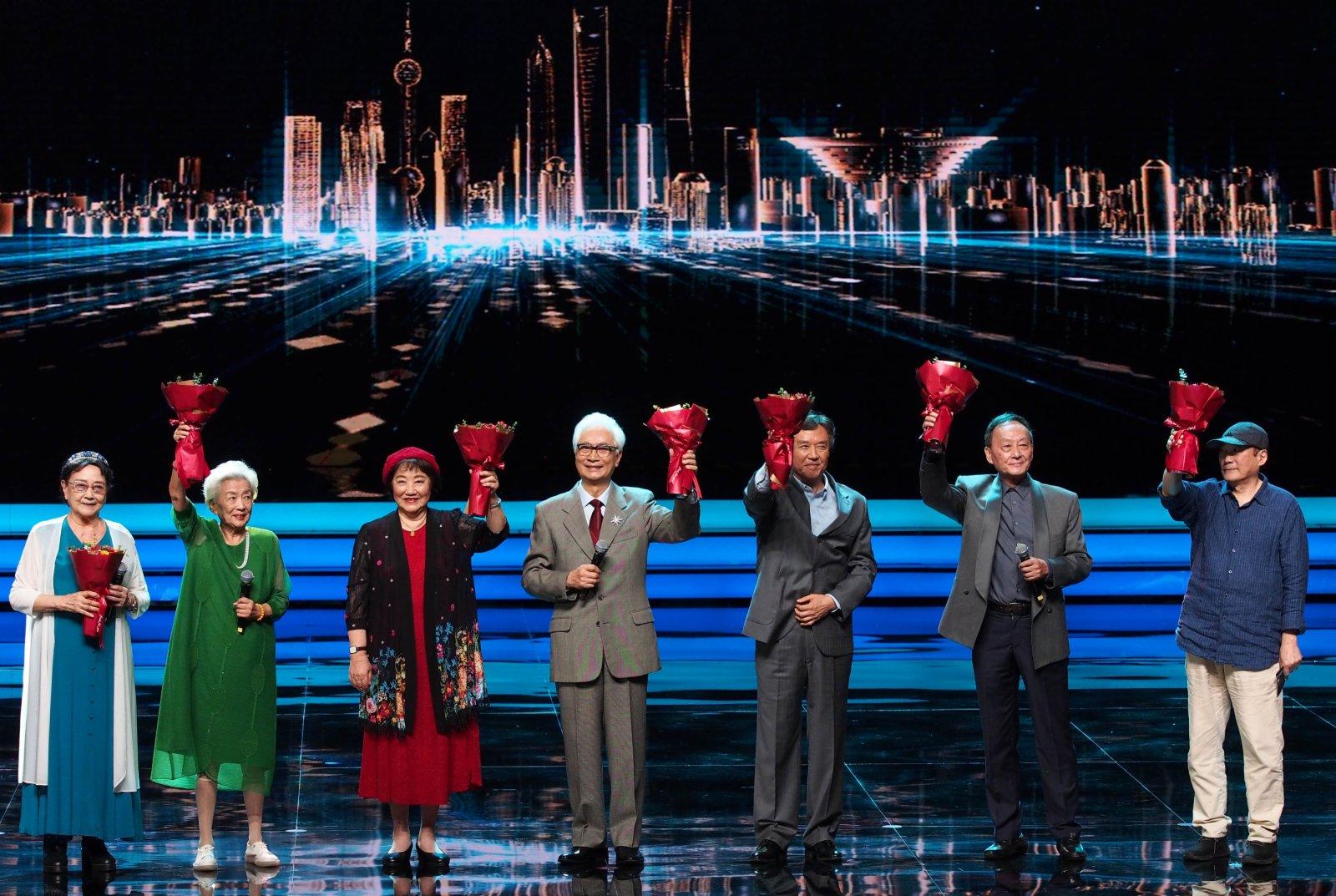 6月19日,電影藝術家王曉棠、謝芳、祝希娟、梁波羅、達式常、童自榮、鄭大里(自左至右)在頒獎典禮上。(新華社)