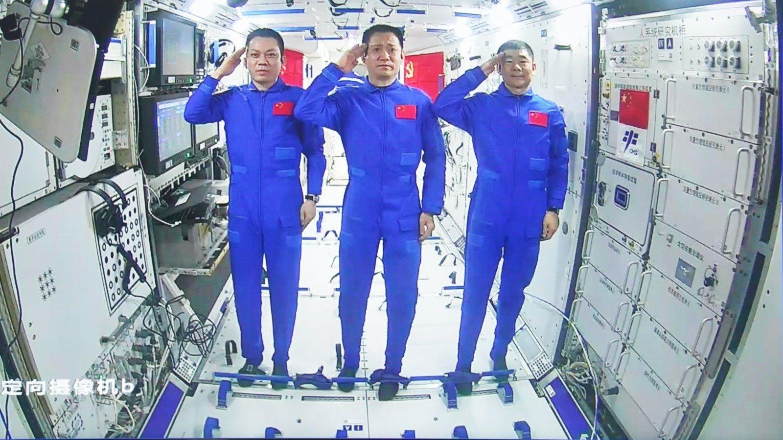 神舟十二號航天員進行中國空間站首次出艙活動