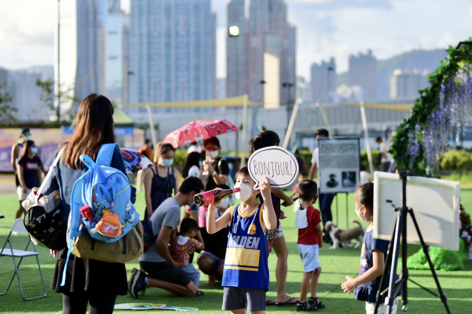 圖為11日市民於常駐節目《莫奈花園》玩耍。(香港中通社)