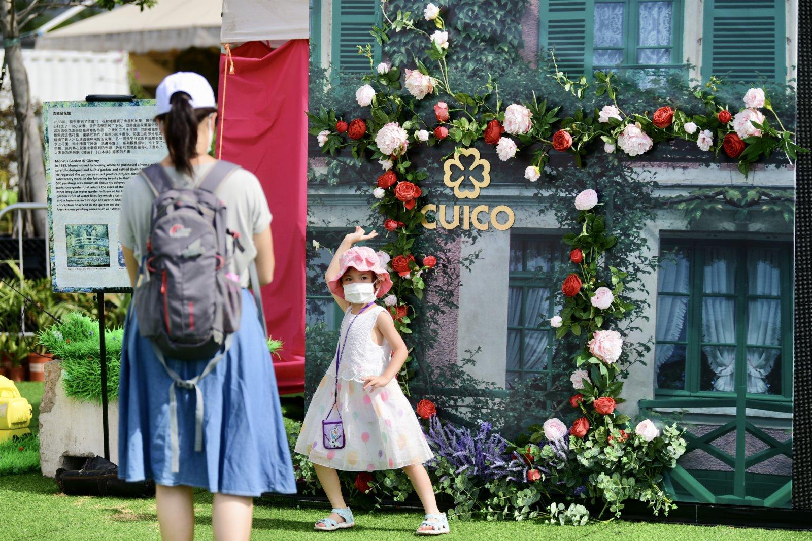 圖為11日市民於常駐節目《莫奈花園》拍照留念。(香港中通社)