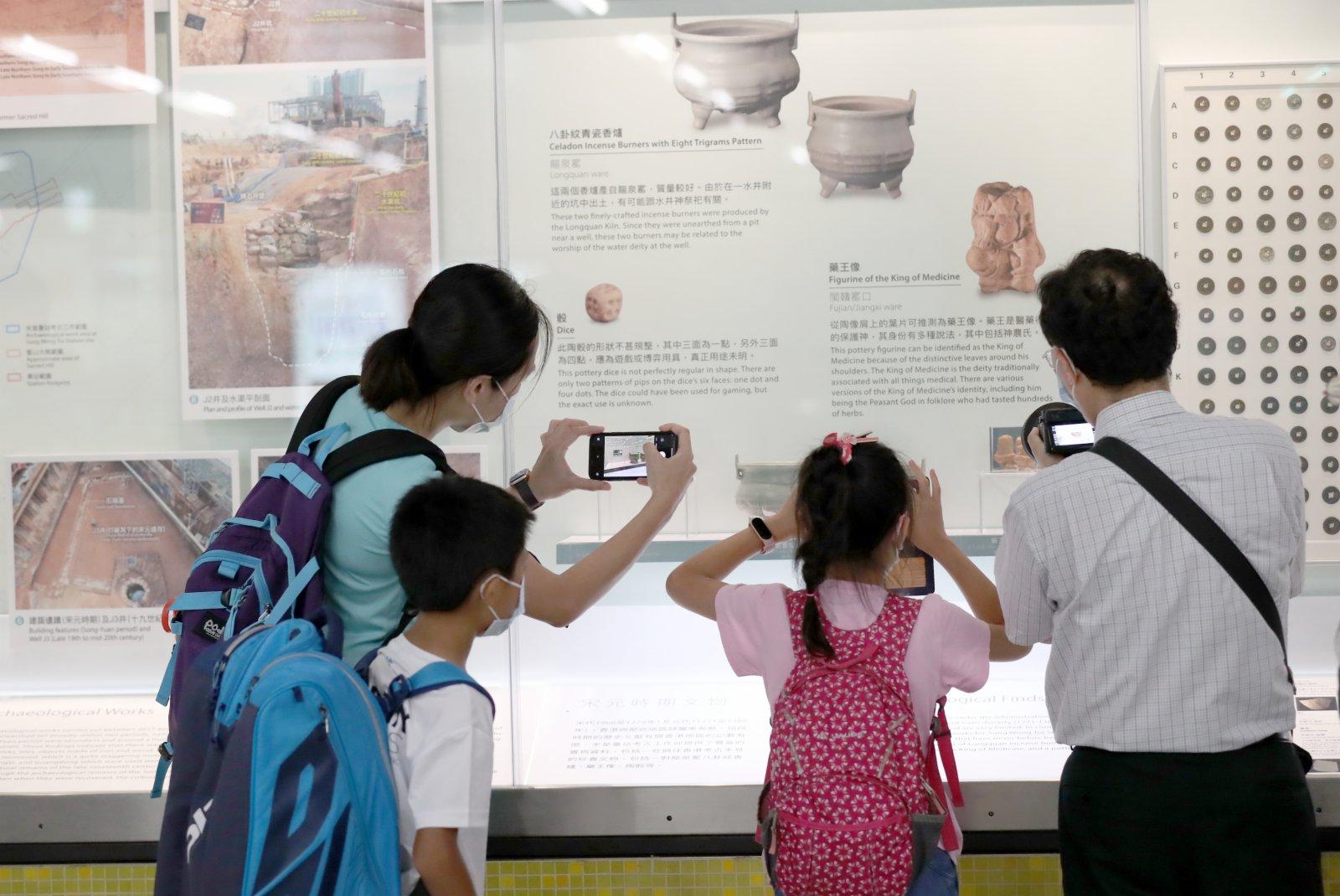 乘客在宋皇臺站的「文物館」觀看展覽(7月6日攝)。(新華社)