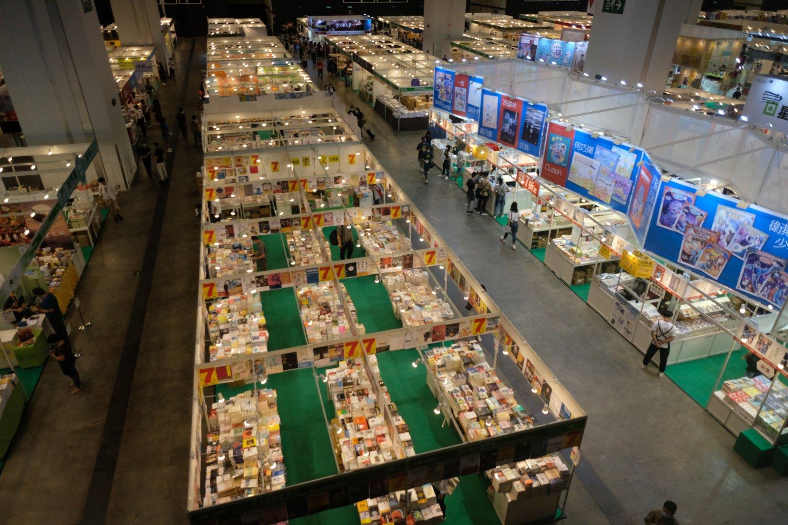 今年書展參展商數量從早前宣布的740個增加到763個,比去年738個增加3.1%,會場面積增加5.2%。圖為展館內的參展攤位。(記者麥鈞傑攝)