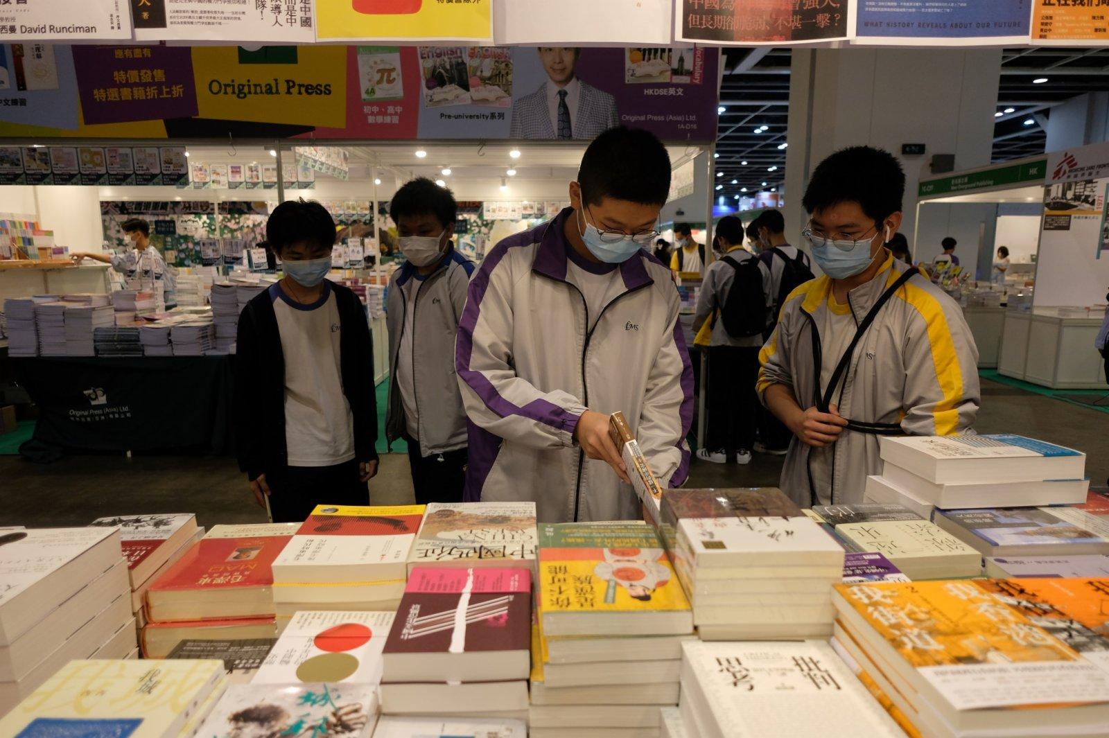 市民正在選購書籍。(記者麥鈞傑攝)