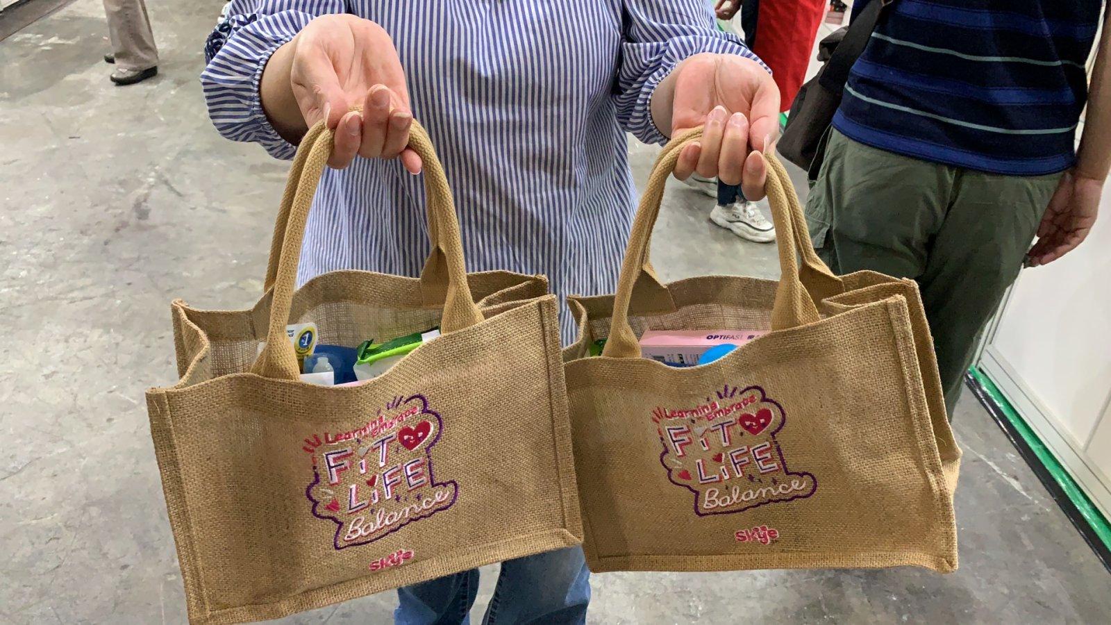 市民購買指定產品有福袋送。(記者黃思鴻攝)