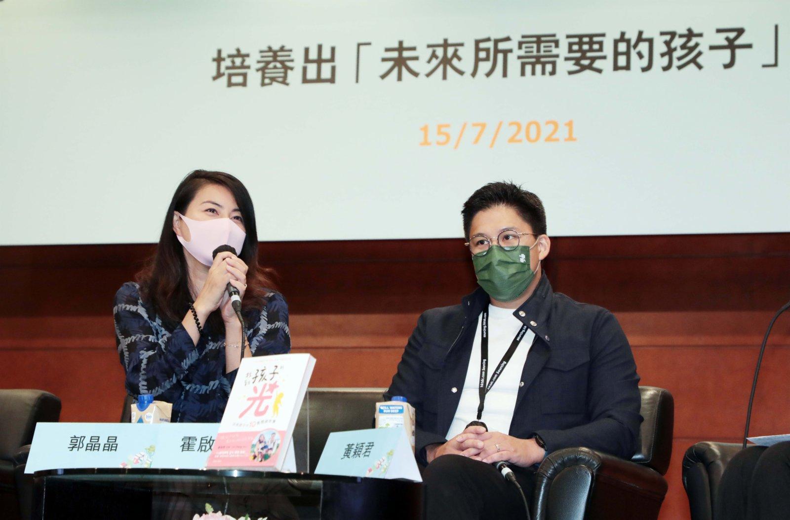 7月15日,郭晶晶(左)、霍啟剛出席香港書展,分享培養出「未來所需要的孩子」。(中新社)