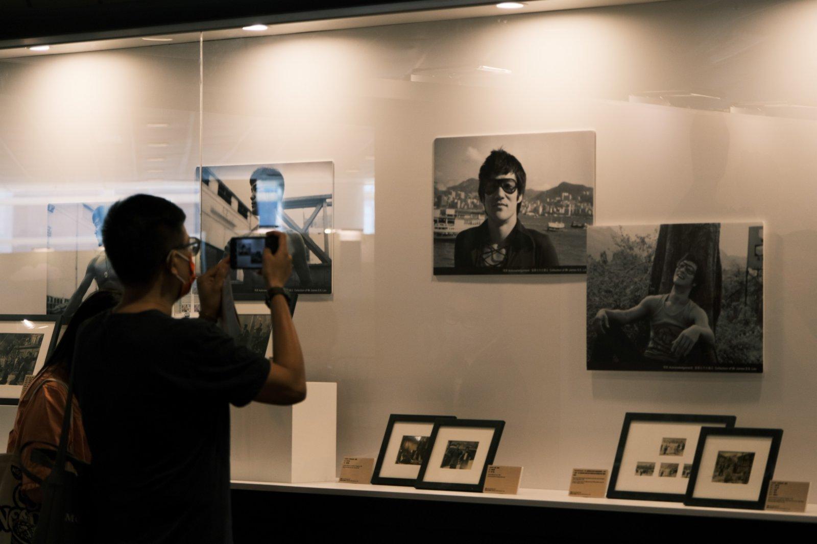 為紀念武打巨星李小龍,書展推出「不朽巨龍:李小龍傳奇80載」展區,展出珍貴的李小龍照片、剪報、相關藝術作品及收藏品等。(中新社)