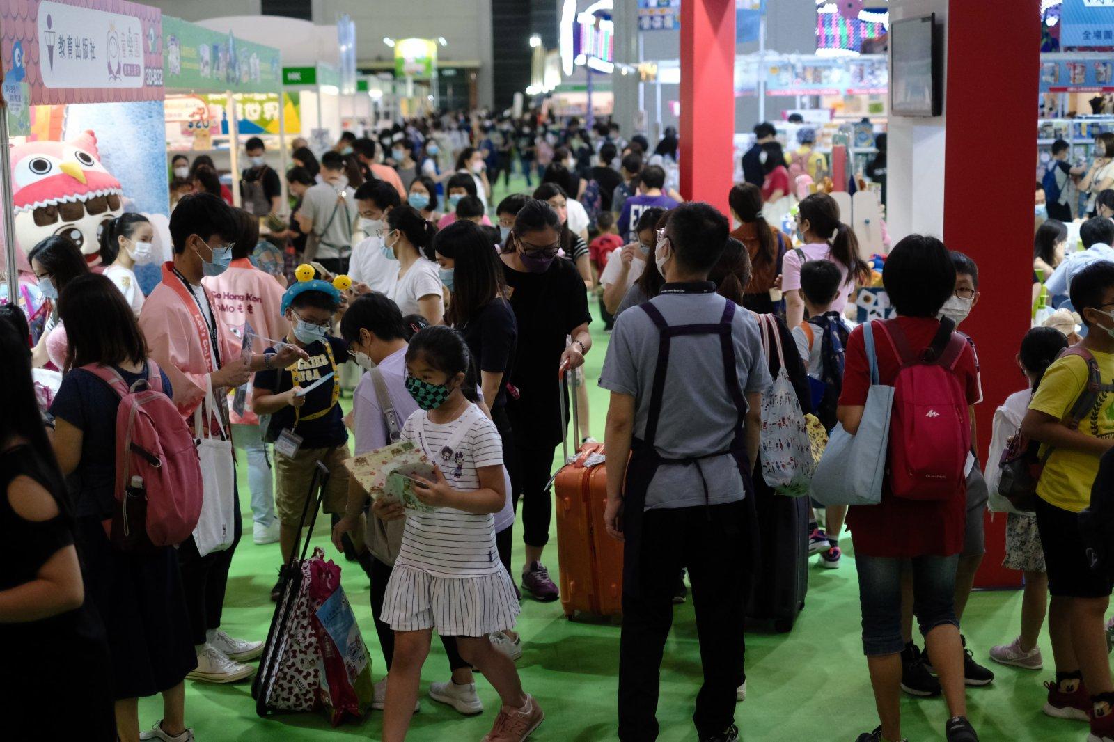 書展開幕,很多家長帶小朋友一起購書。(香港文匯報)