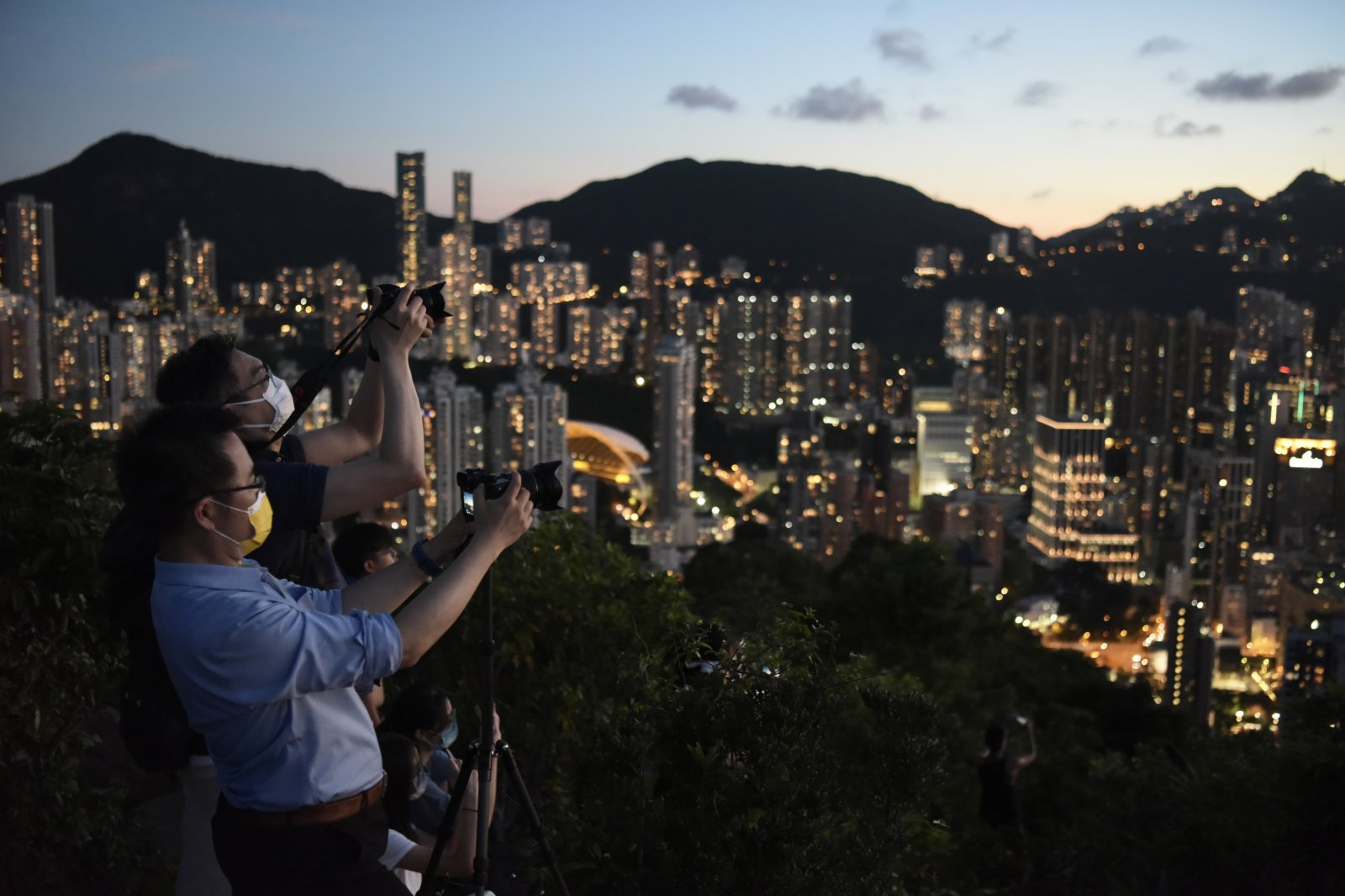 圖為香港市民到寶馬山山頂拍攝維港夜景。(中新社)