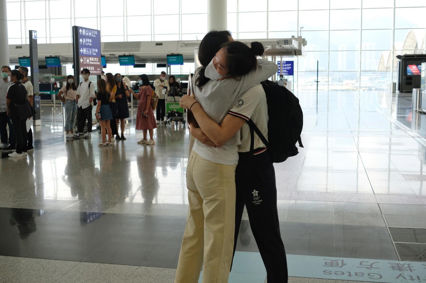 圖為劍撃代表江旻憓與媽媽擁抱。(大公文匯全媒體記者麥鈞傑攝)