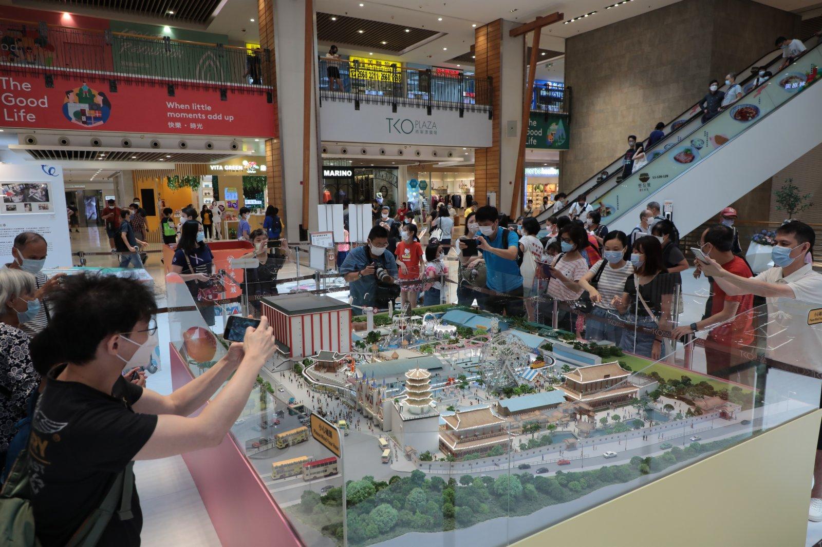 市民觀看精美的荔園模型並拿出手機拍照。(香港中通社)