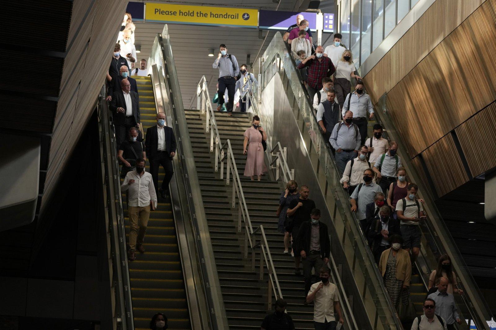 圖為早高峰,通勤者在倫敦橋火車站下火車後乘坐自動扶梯和樓梯。(美聯社)