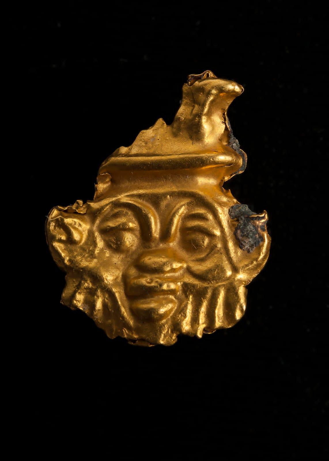 當地時間19日,在埃及地中海北部海岸阿布齊爾灣沉沒的托尼斯赫拉克利翁市發現了一塊黃金碎片。