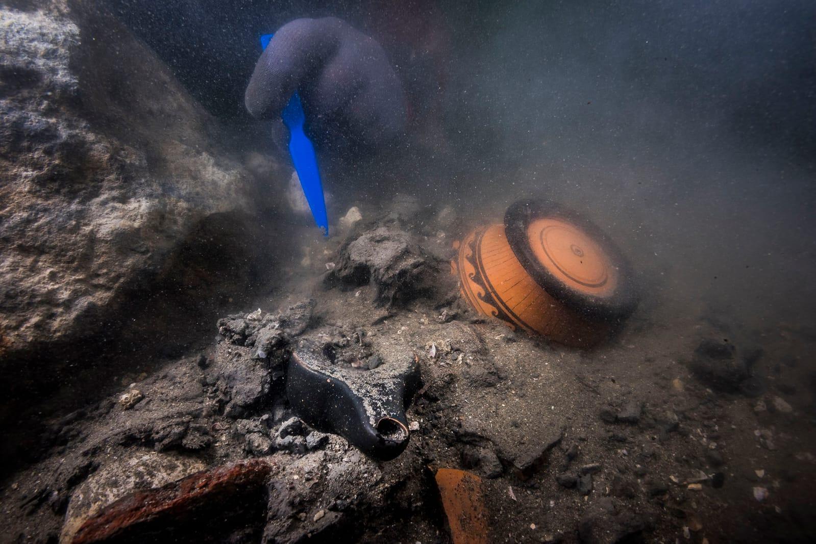 當地時間19日,埃及旅遊和文物部發布的一張資料圖片顯示,一名潛水員在埃及地中海北部海岸阿布齊爾灣沉沒的托尼斯赫拉克利翁市發掘陶器碎片。