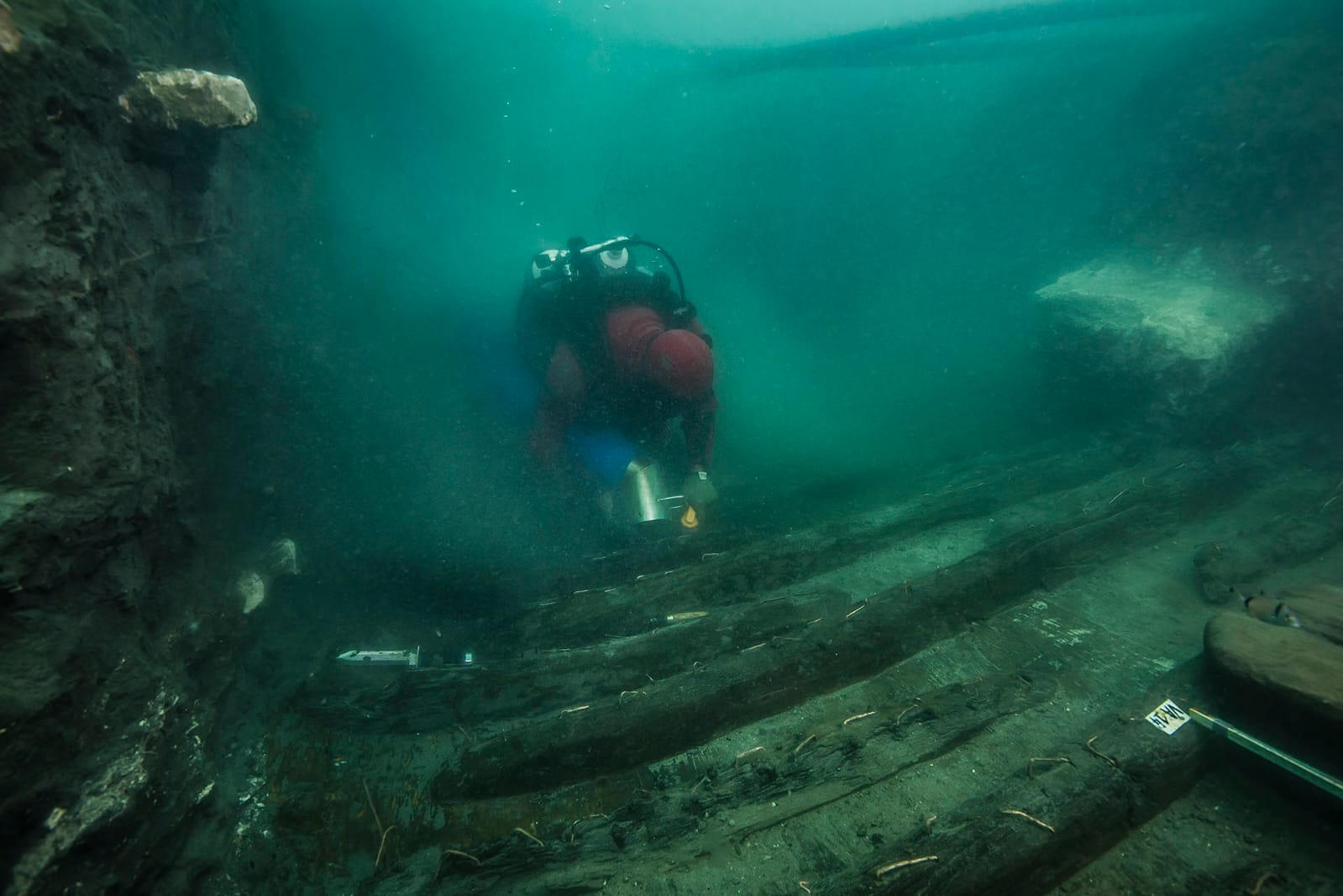 當地時間19日,在埃及亞歷山大港附近的地中海沉沒城市Thonis Heracleion發現了一艘古代軍用船隻的殘骸。