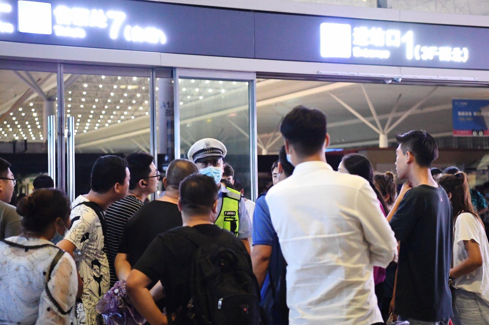 7月20日,旅客滯留在鄭州東站。(新華社)