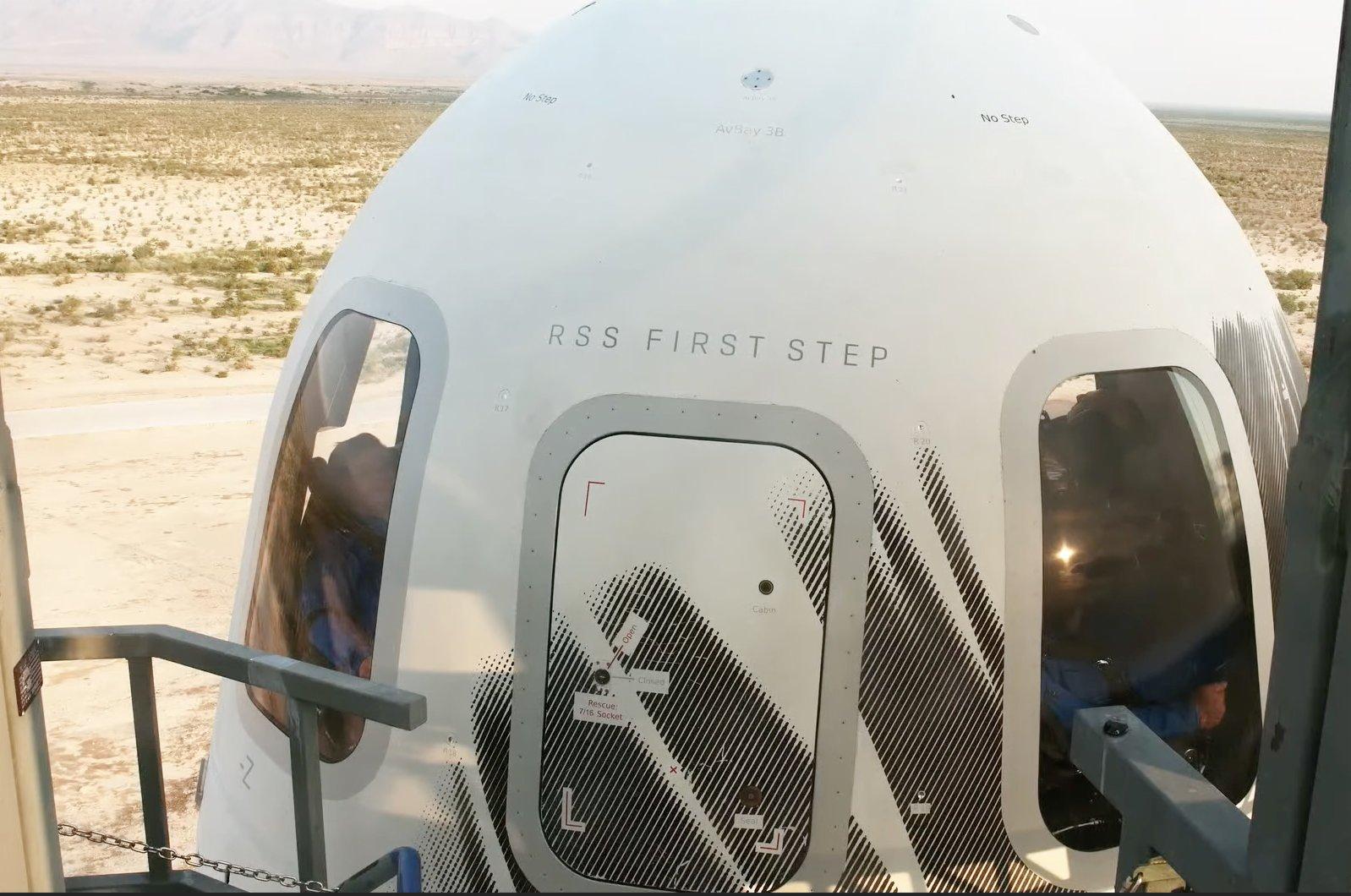 這張美國藍色起源公司7月20日發布的視頻截圖顯示「新謝潑德」飛行器在美國得克薩斯州西部一處發射場準備升空。新華社發(藍色起源公司供圖)
