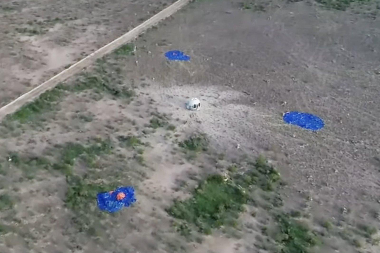 這張美國藍色起源公司7月20日發布的視頻截圖顯示「新謝潑德」飛行器在美國得克薩斯州西部着陸。新華社發(藍色起源公司供圖)