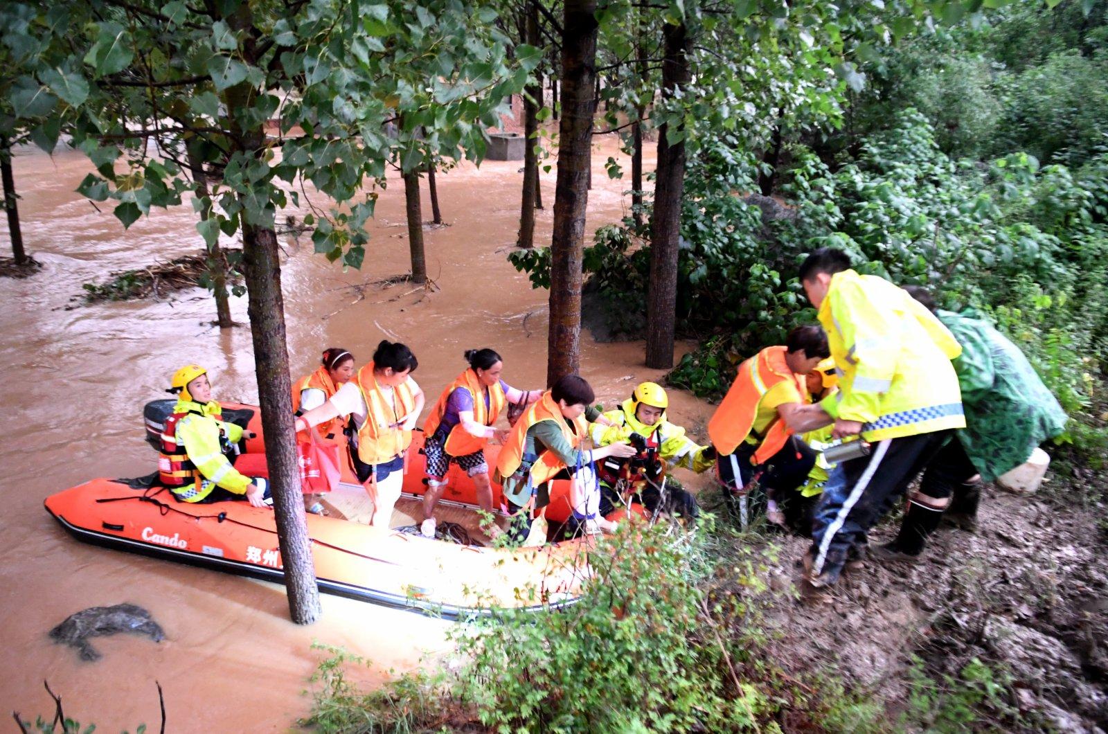 消防救援人員在轉移被困村民。