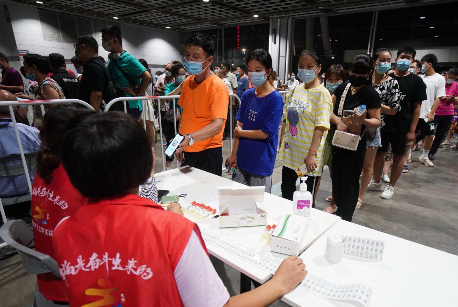7月21日晚,在南京市玄武區一處檢測點,市民在登記信息。(新華社)