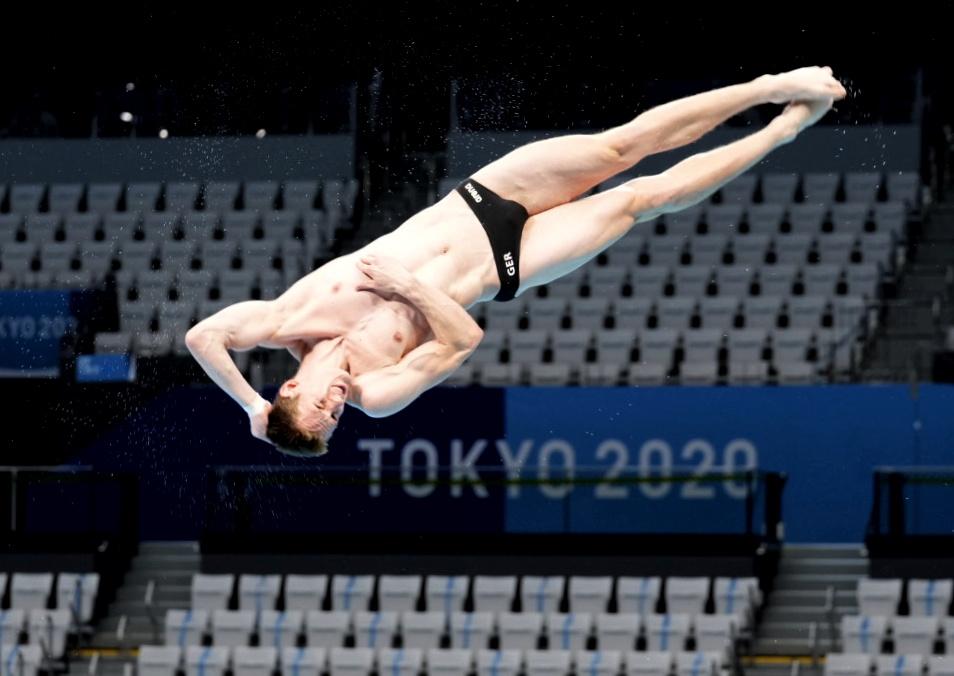 7月21日,參加東京奧運會跳水比賽的選手在東京水上運動中心訓練。 中新社