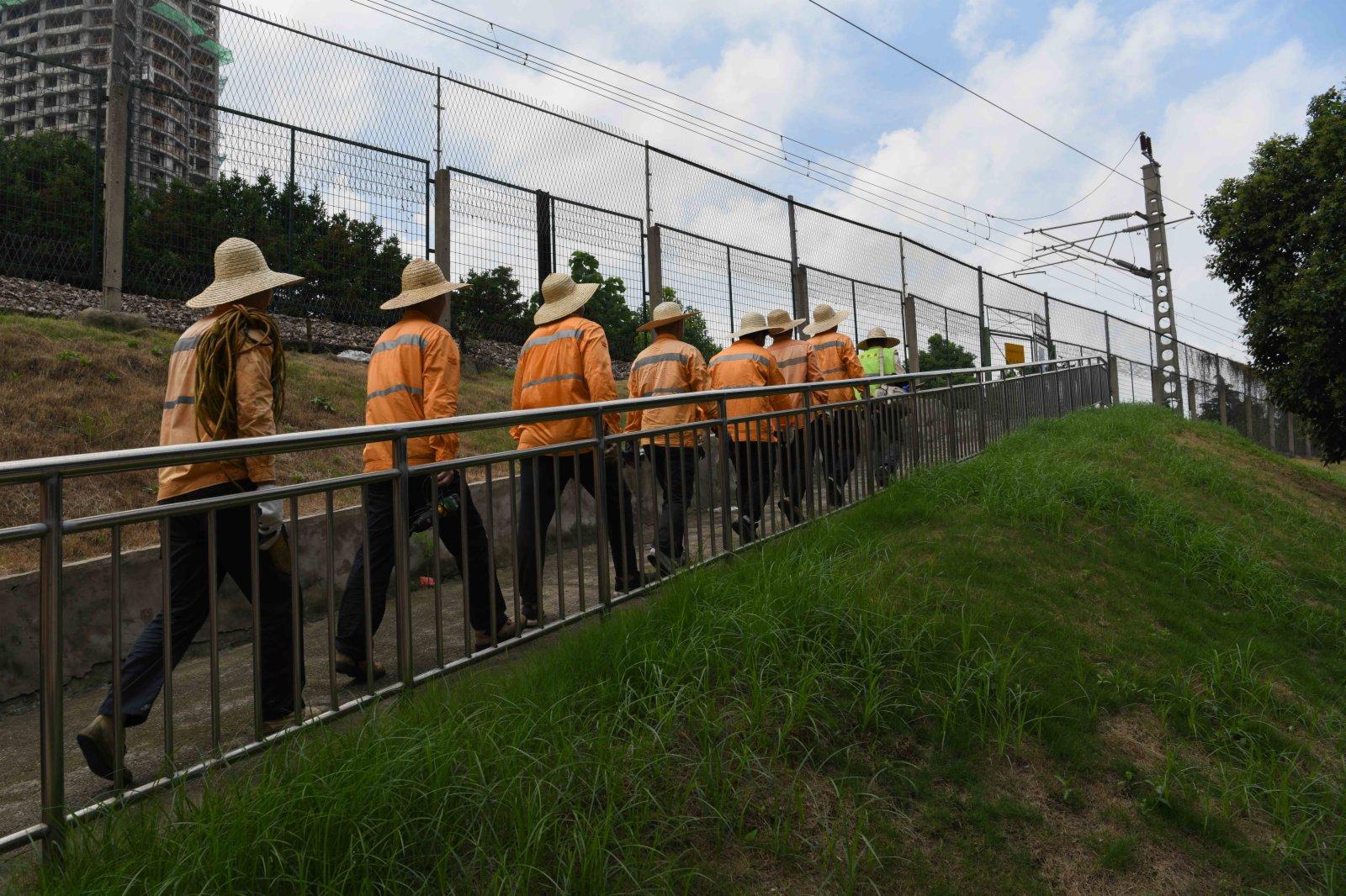 7月20日,橋隧工前往蚌埠淮河鐵路大橋進行養護檢修作業。(新華社)