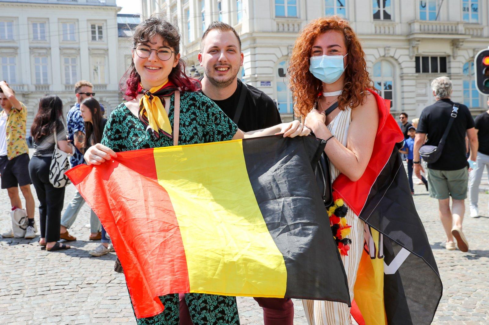 7月21日,人們手持比利時國旗在布魯塞爾慶祝國慶日。(新華社)