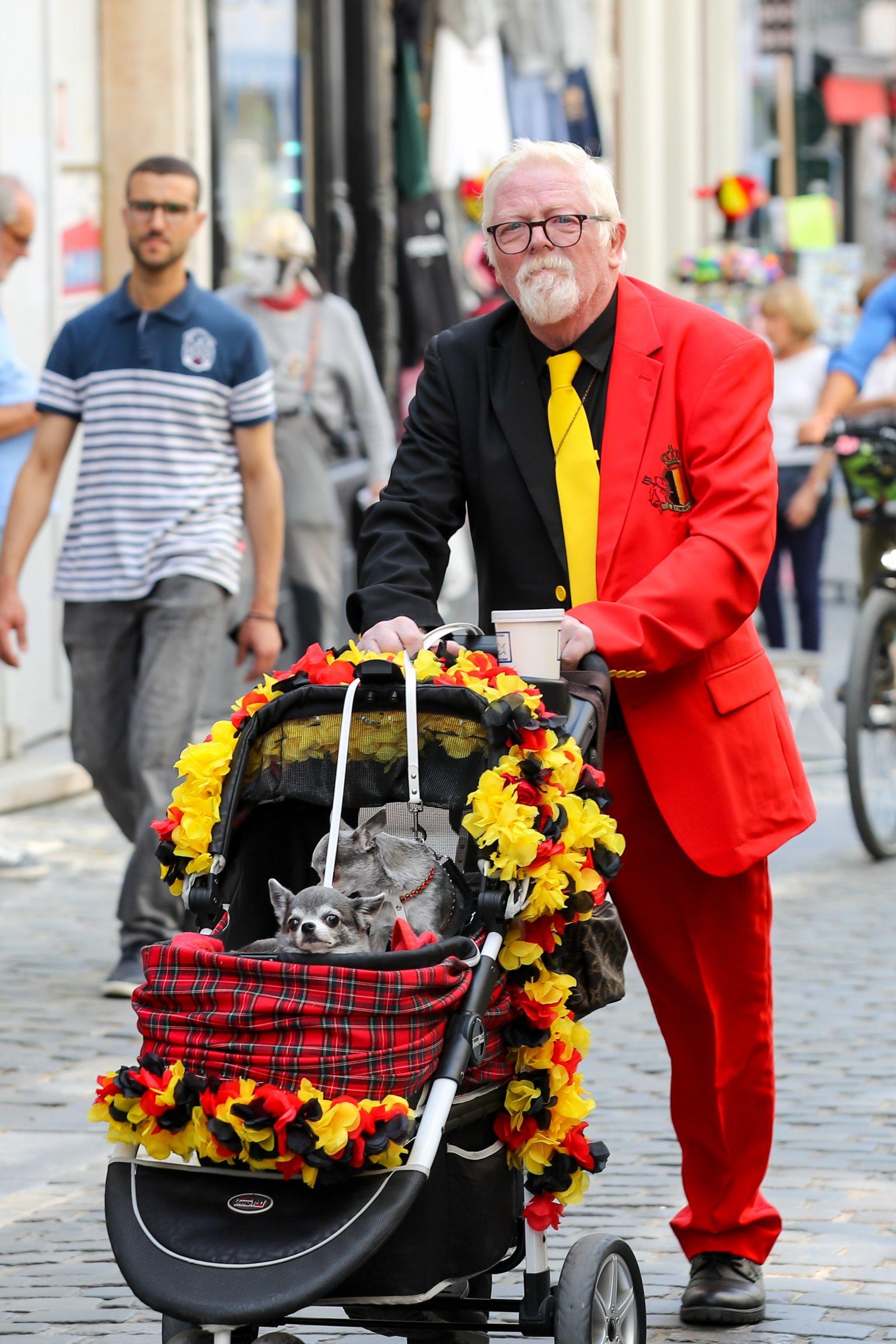7月21日,一名男子身着比利時國旗顏色的服裝在比利時布魯塞爾慶祝國慶日。(新華社)