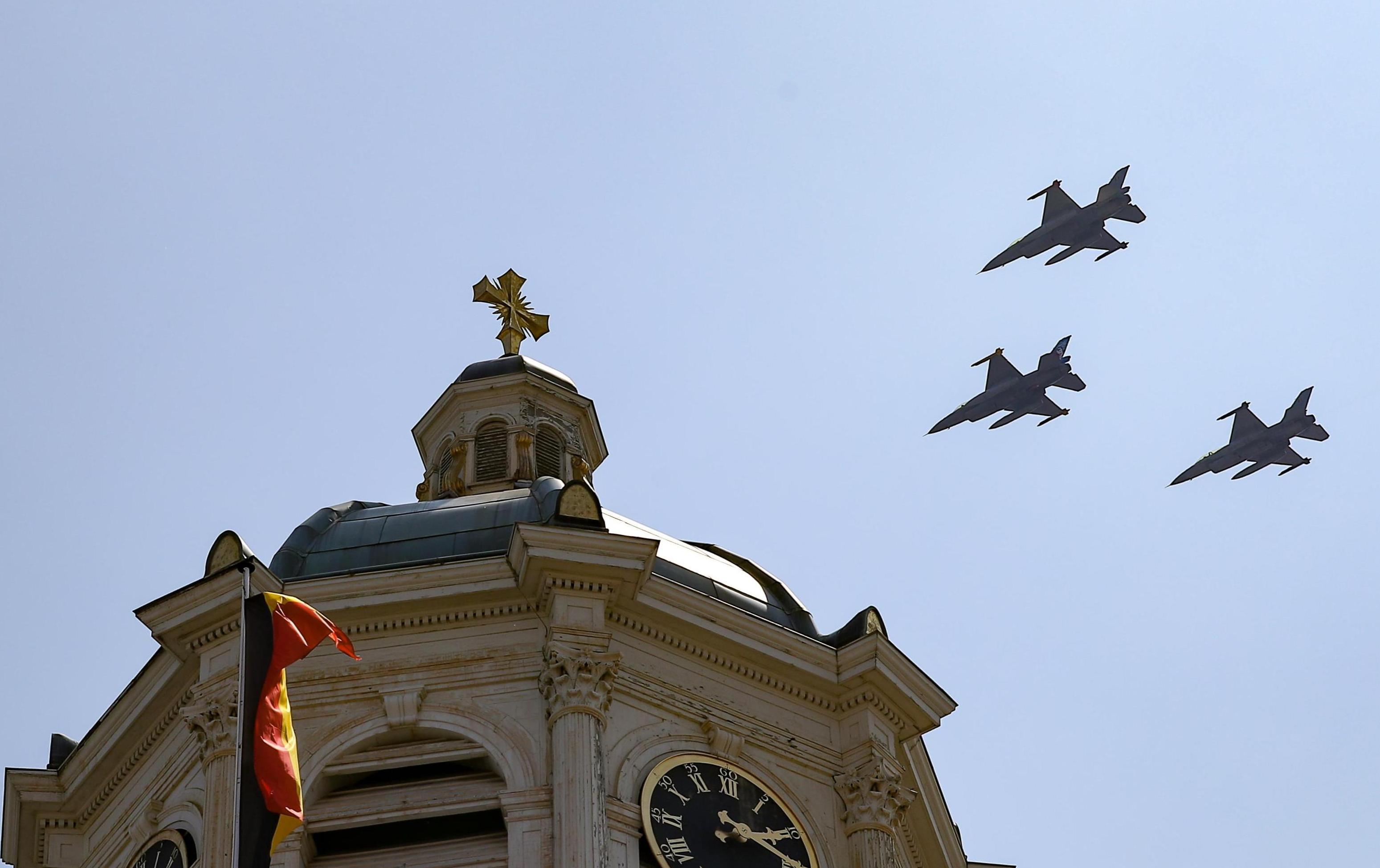 7月21日,參加國慶閱兵式的空中編隊飛過比利時布魯塞爾上空。(新華社)